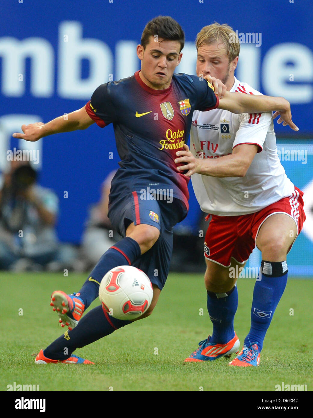 Hamburg's Maximilian Beister (R) and Barcelona's Joan Roman vie for the ball during the soccer test match - Stock Image