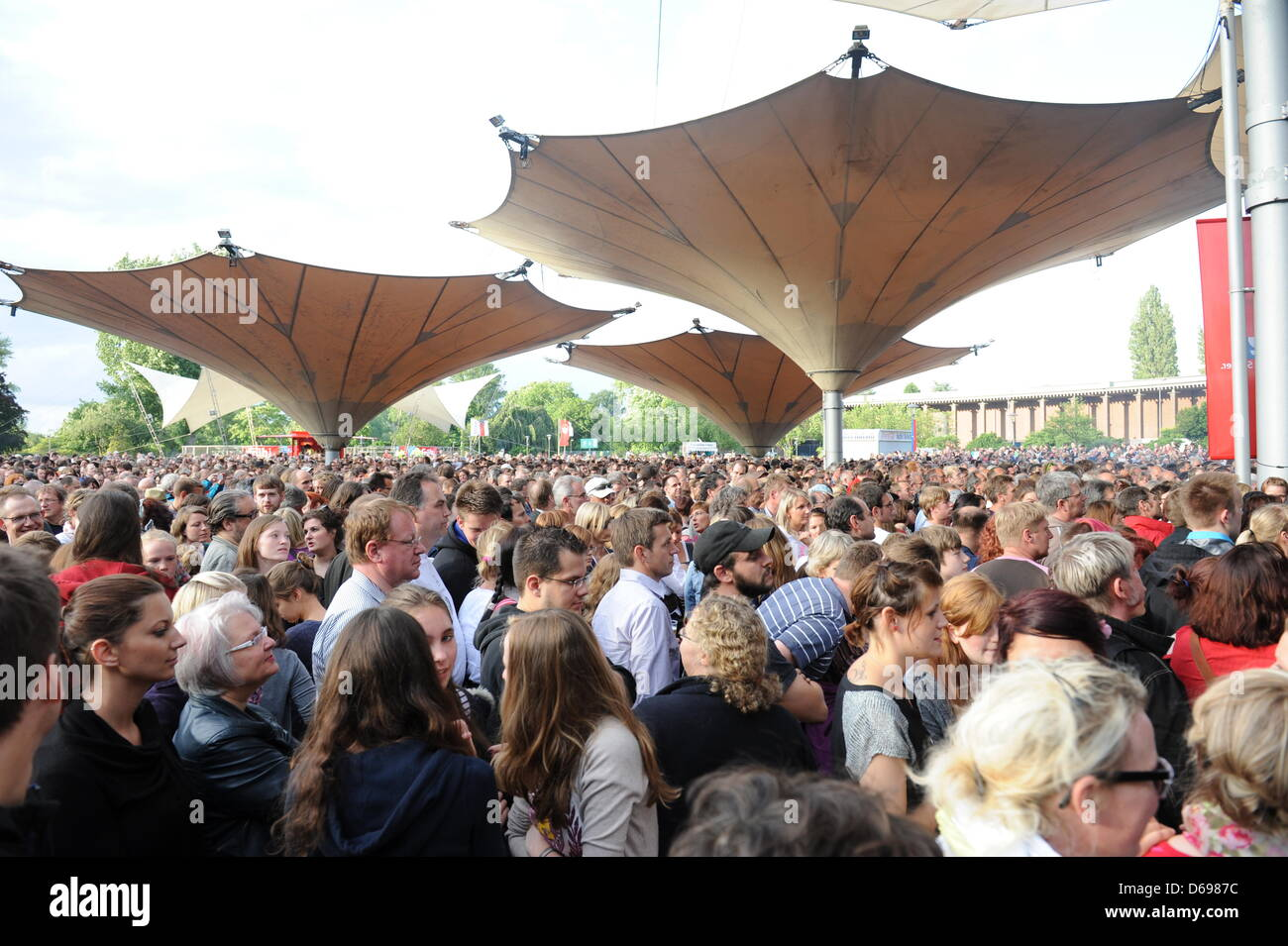 Fans follow the concert of the Norwegian  folk-rock band Katzenjammer in Cologne, Germany, 22 June 2012. Photo: - Stock Image