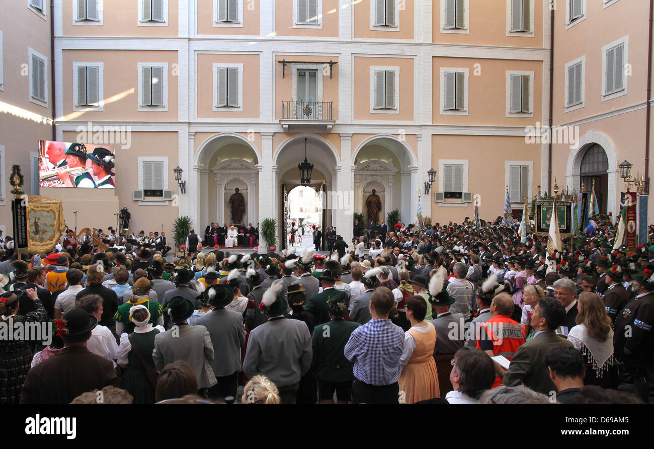 Bavarian pilkgrims wearing their traditional costumes dance and play music for Pope Benedict XVI at the Papal summer - Stock Image