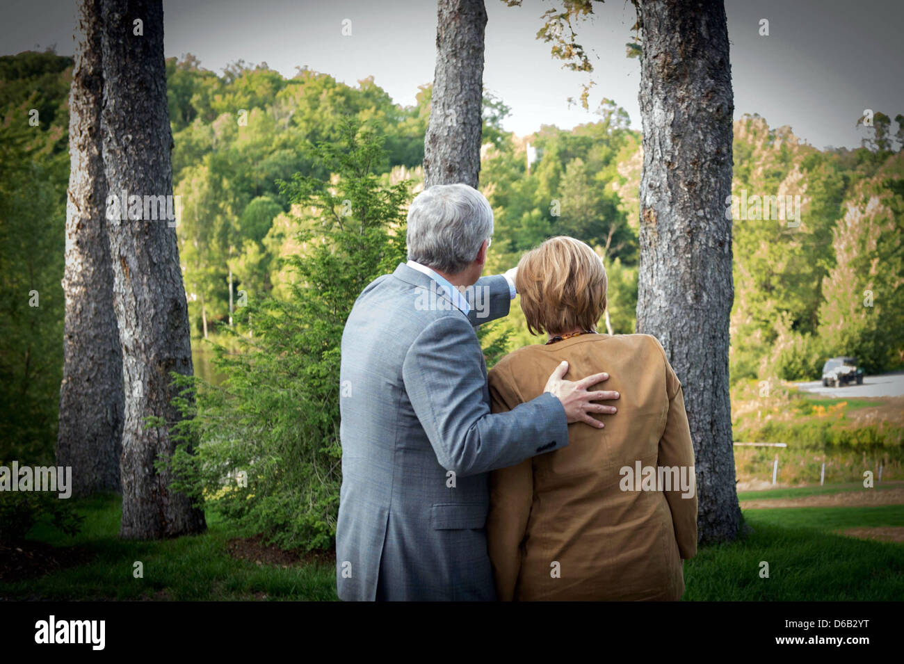 HANDOUT- Bundeskanzlerin Angela Merkel und der kanadische Premierminister Stephen Harper unterhalten sich - Stock Image