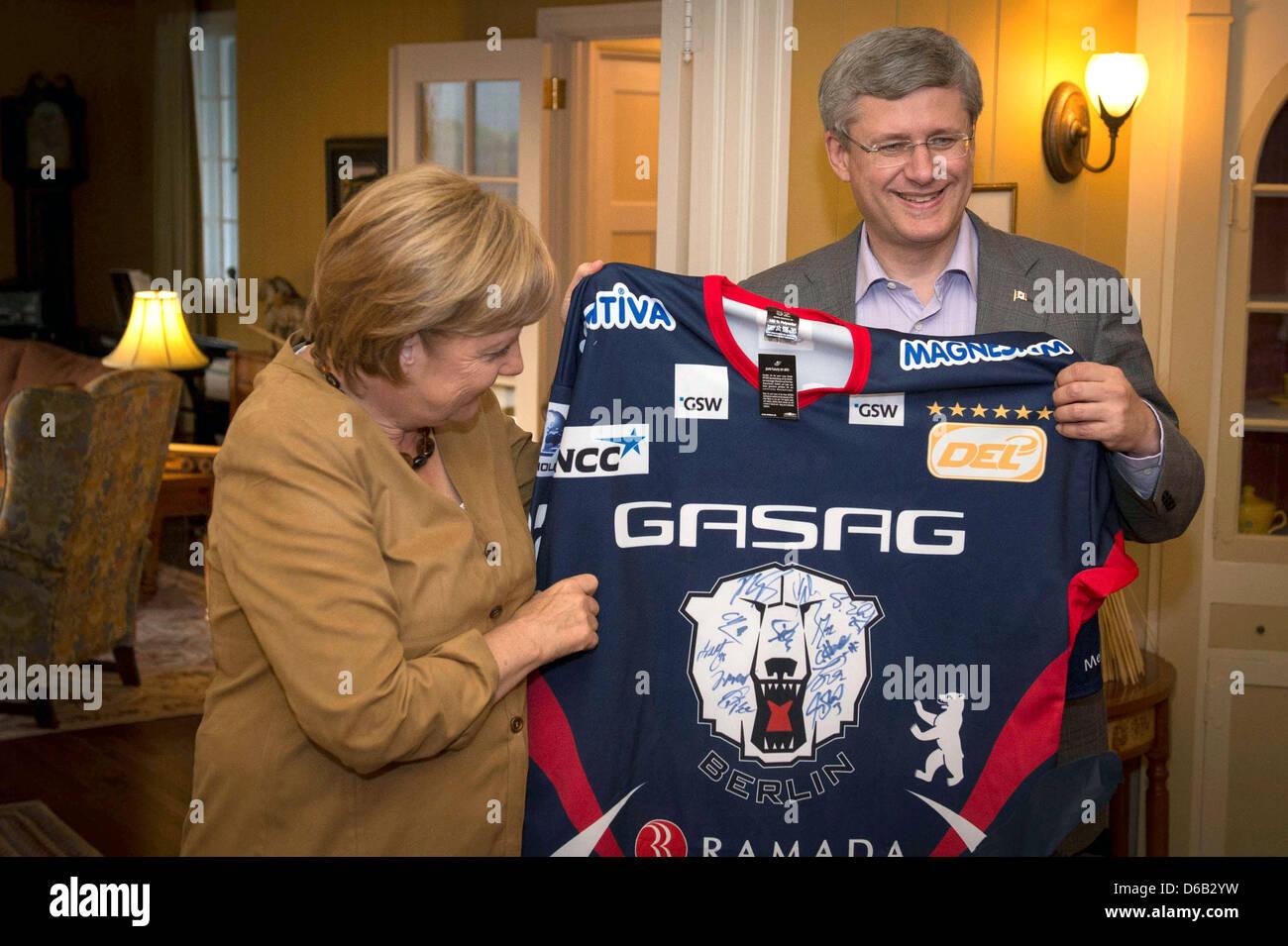 HANDOUT- Bundeskanzlerin Angela Merkel schenkt dem kanadischen Premierminister Stephen Harper am Mittwoch - Stock Image