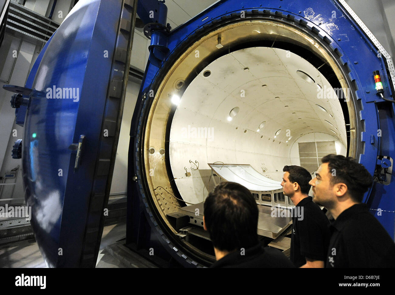 Employees of the DLR view the closing of the door of the world\u0027s biggest research autoclave BALU at the CFK Research Centre Nord of the German Centre for ...  sc 1 st  Alamy & Employees of the DLR view the closing of the door of the world\u0027s ...