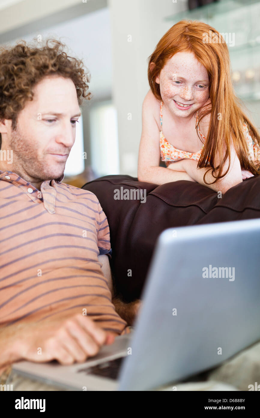 Father and daughter using laptop - Stock Image