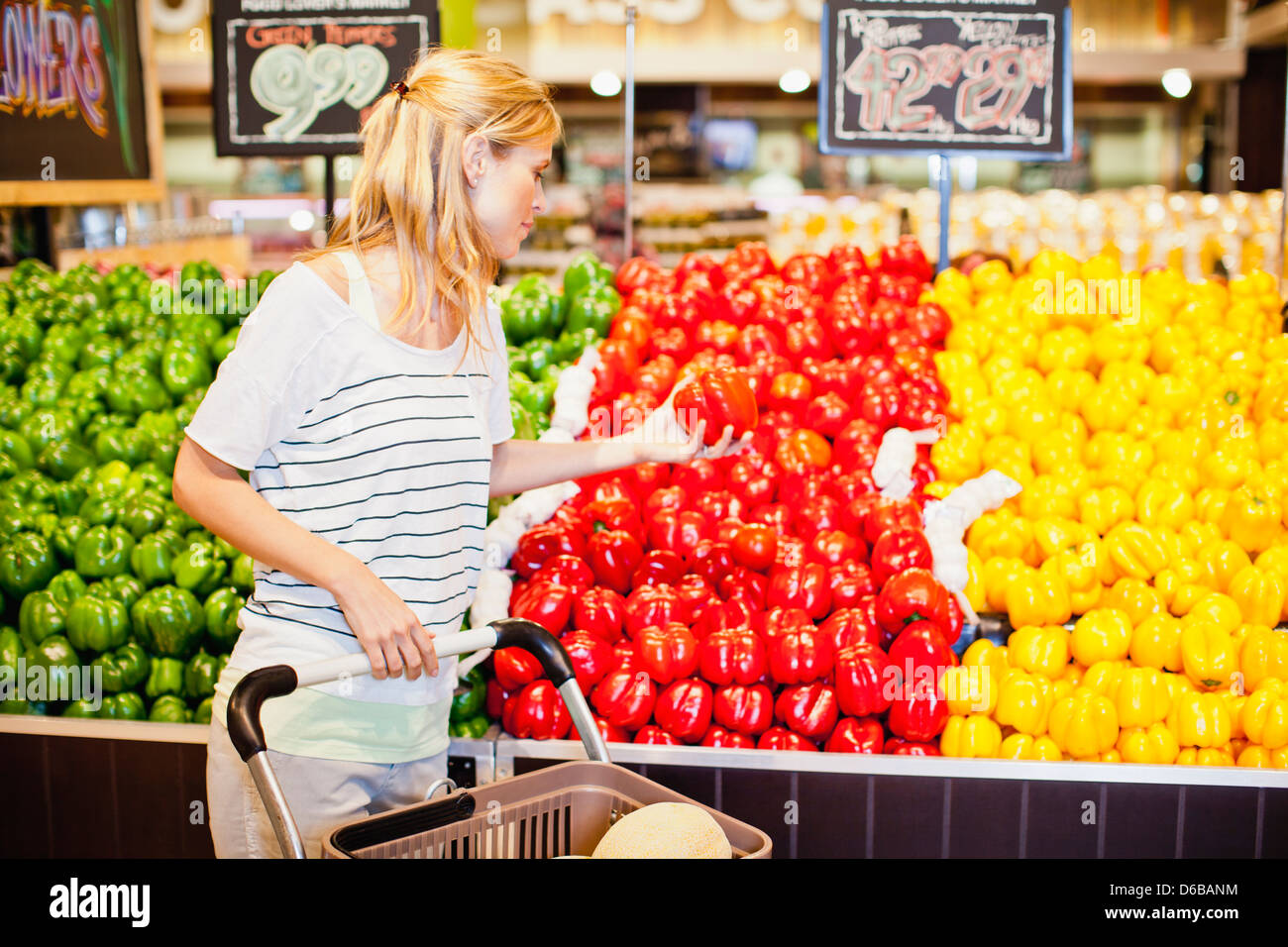 Woman shopping in grocery store - Stock Image