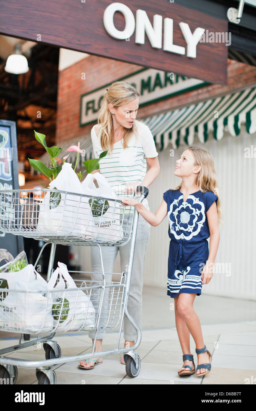 Mother and daughter with groceries - Stock Image