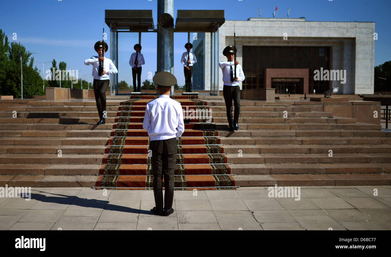Kyrgyz soldiers peform the changing of the guard in Bishkek, Kyrgystan, 27 August 2012. Niebel is on a visit to - Stock Image