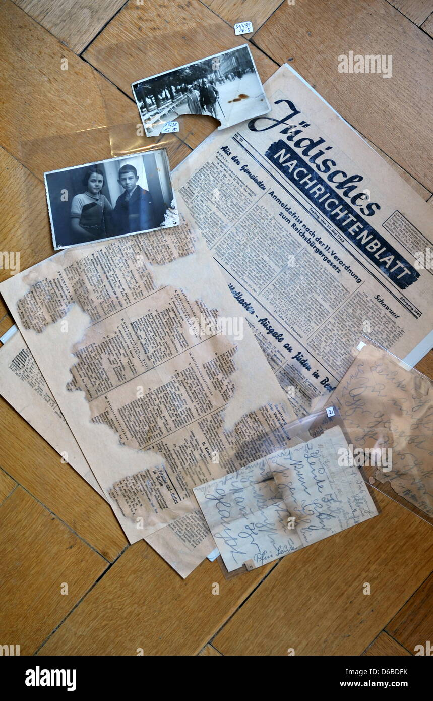 Various items, including a personal letter written to the Gruenbaum family and an excerpt from an edition of the - Stock Image