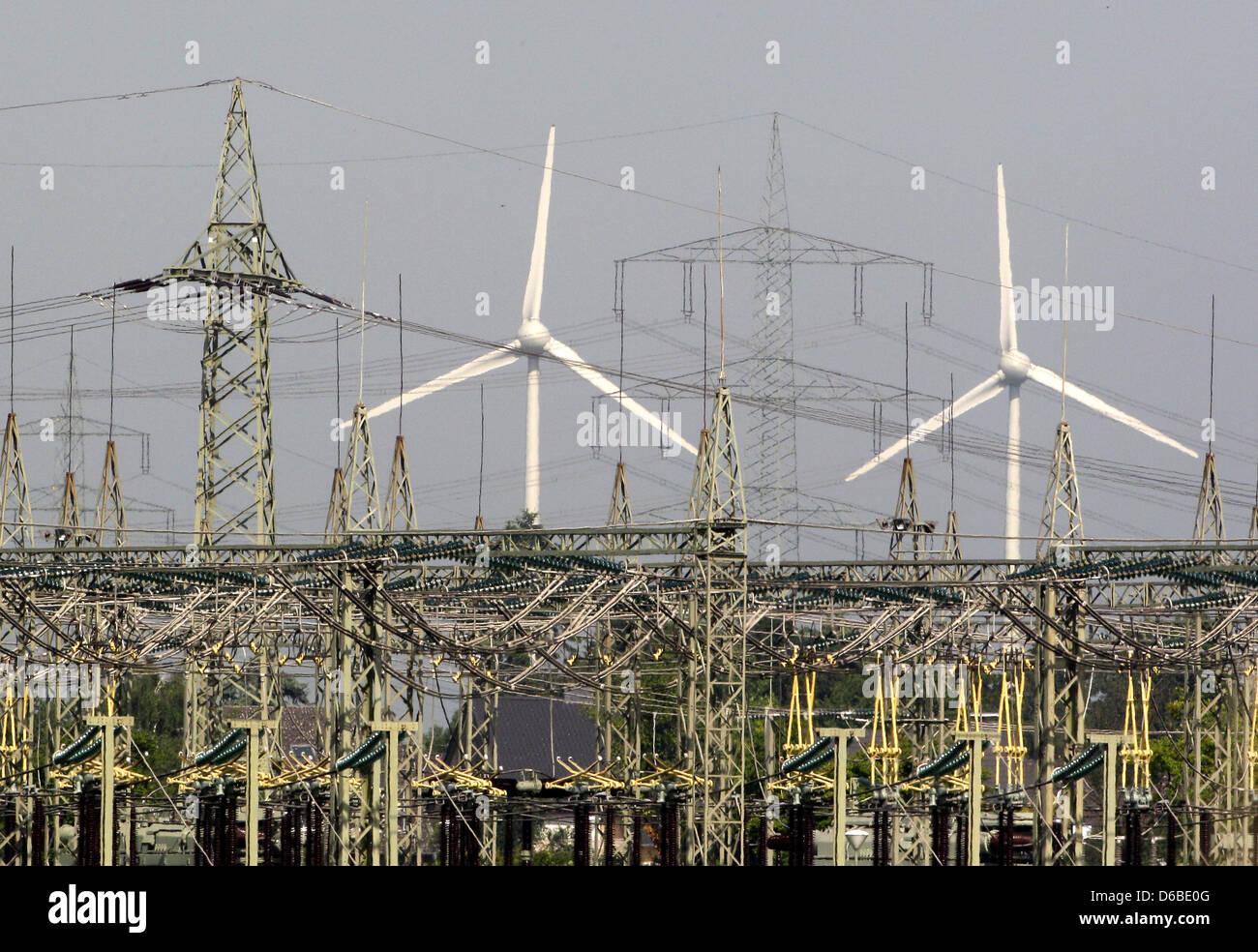 Windkrafträder drehen sich vor einem Umspannwerk bei Willich (Foto vom 27.08.2012). Der hier produzierte Windstrom - Stock Image