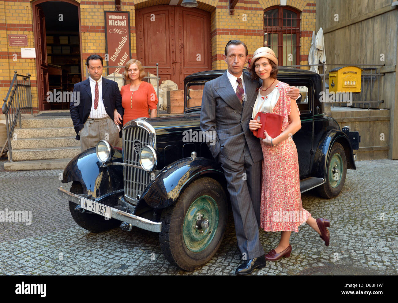 Actors Jan Josef Liefers (L-R), Anna Loos, Sven Lehmann and Claudia Eisinger pose at the set for the historic TV - Stock Image