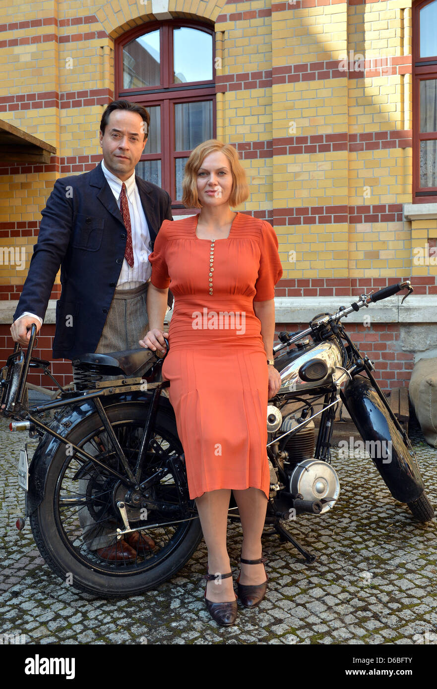 Actors Jan Josef Liefers and Anna Loos pose at the set for the historic TV event 'Night over Berlin - Reichstag - Stock Image