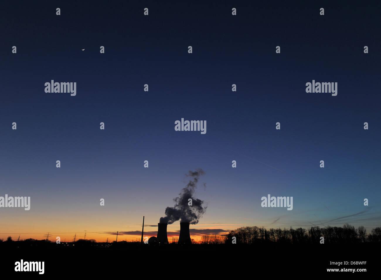 MORGENBILD SONNTAG 01.01.2012 - ARCHIV - Die Sonne geht am 07.02.2011 hinter dem Atomkraftwerk Grafenrheinfeld (Unterfranken) - Stock Image