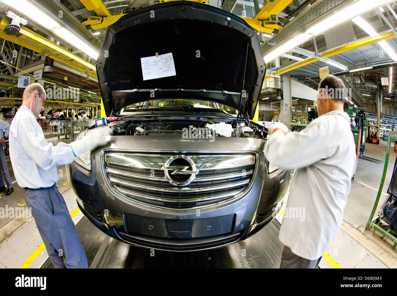 (dpa-file) - A file picture dated 17 September 2010 shows workers assembling a grill and a bumber to a car of the - Stock Image