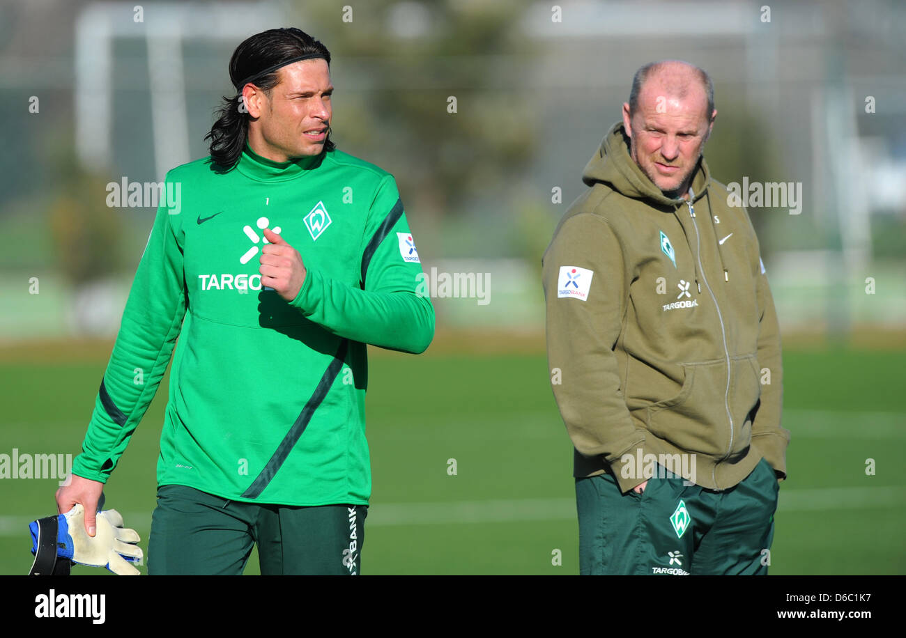 Bremens Trainer Thomas Schaaf (r) schaut am Montag (09.01.2012) in Side (Türkei) im Rahmen eines Testspiels - Stock Image