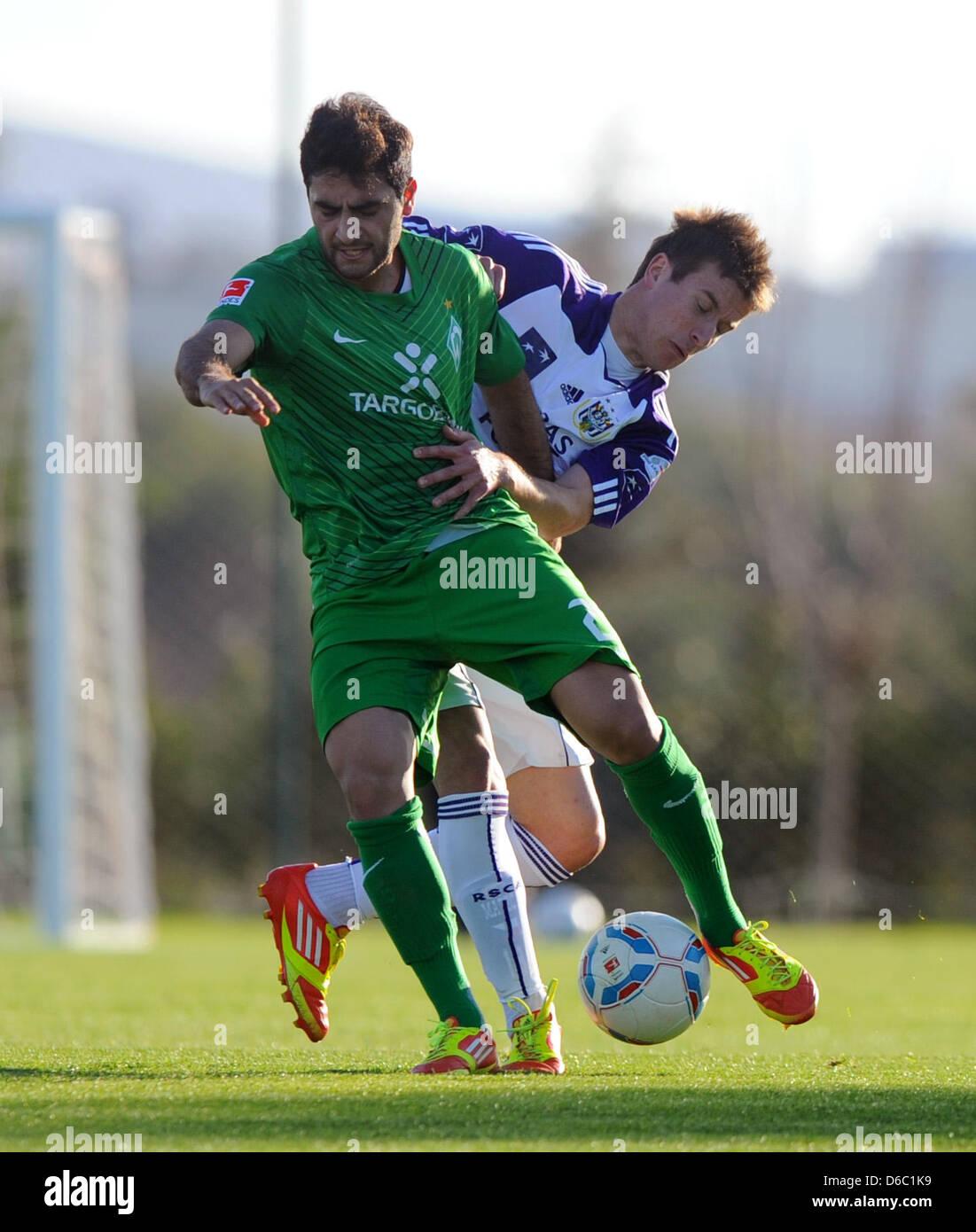 Bremens Mehmet Ekici (l) und Lukas Marecek vom belgischen Erstliga-Club RSC Anderlecht kämpfen am Montag (09.01.2012) - Stock Image