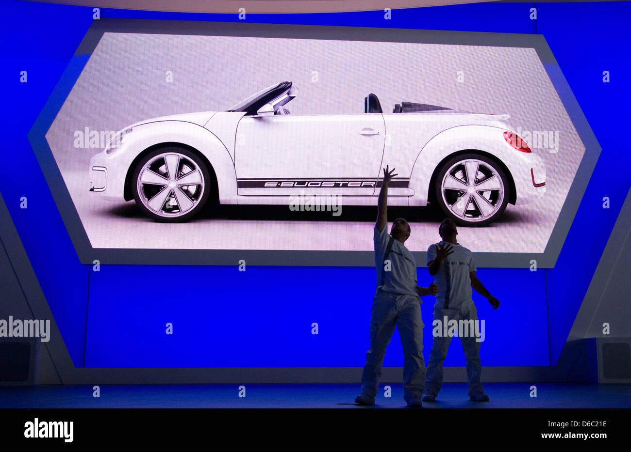 Tänzer bewegen sich am Montag (09.01.2012) auf dem VW-Messestand auf der North American International Autoshow (NAIAS) Stock Photo