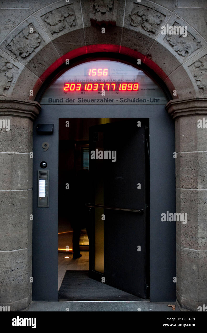 The debt clock at the headquarters of the Association of Taxpayers displays a number of more than 2 trillion euros - Stock Image