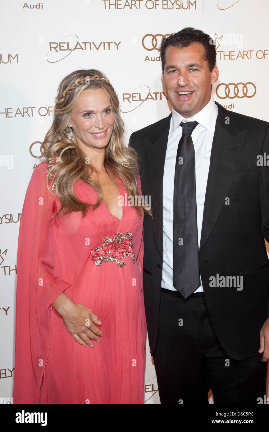 b46c67b41909d Pregnant US actress Molly Sims and her husband Scott Stuber attend the Art  Of Elysium's 5th