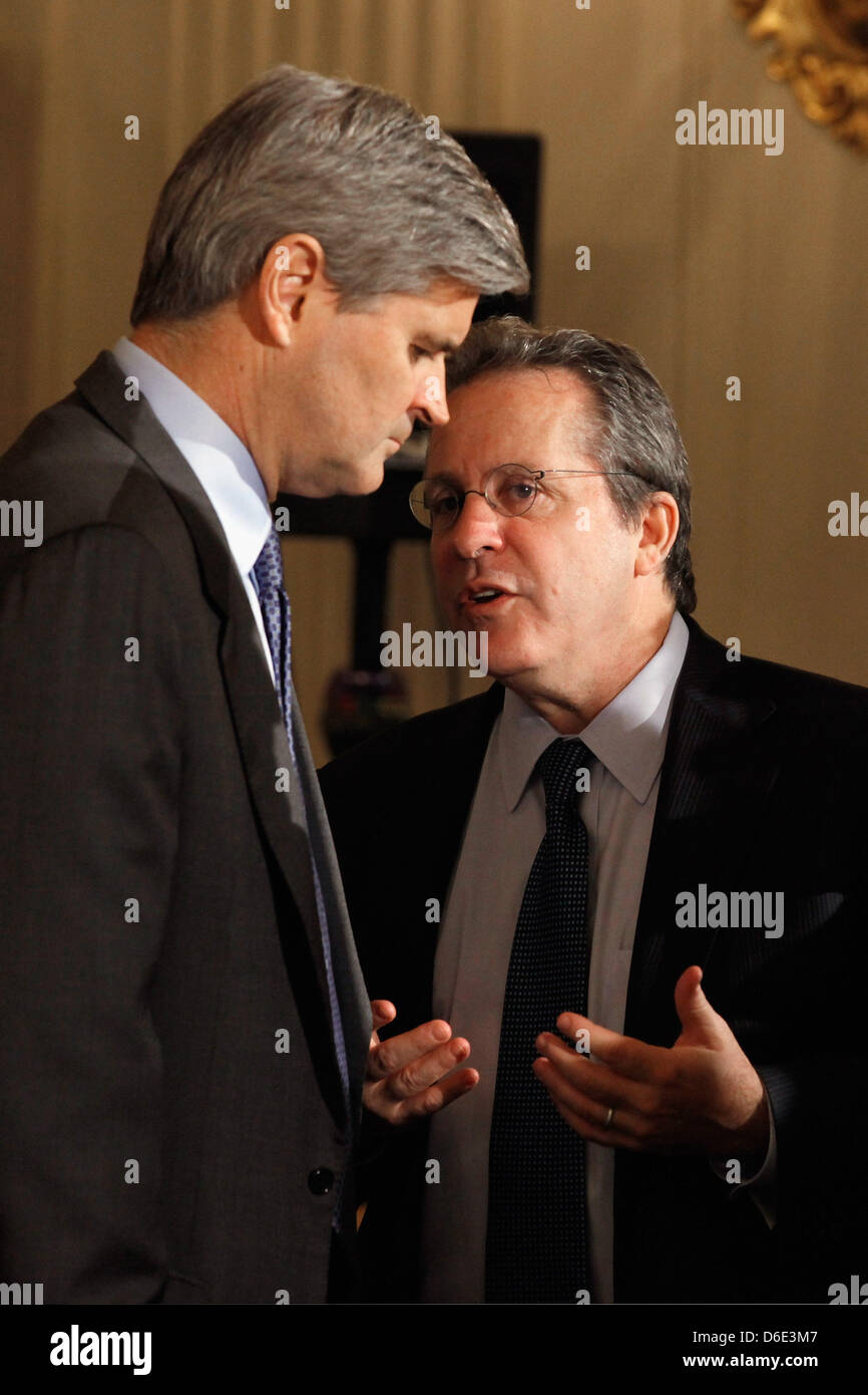 AOL co-founder and former CEO and Chairman Steve Case (L) talks with Director of the National Economic Council Director - Stock Image