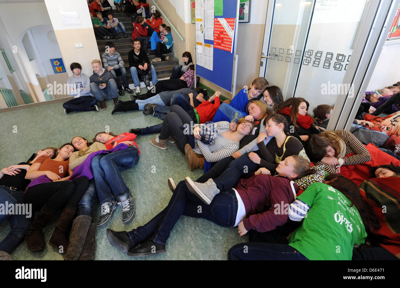 Over 600 pupils from the Dresden-Cotta School fall into symbolic deep sleep to protest against the school network - Stock Image