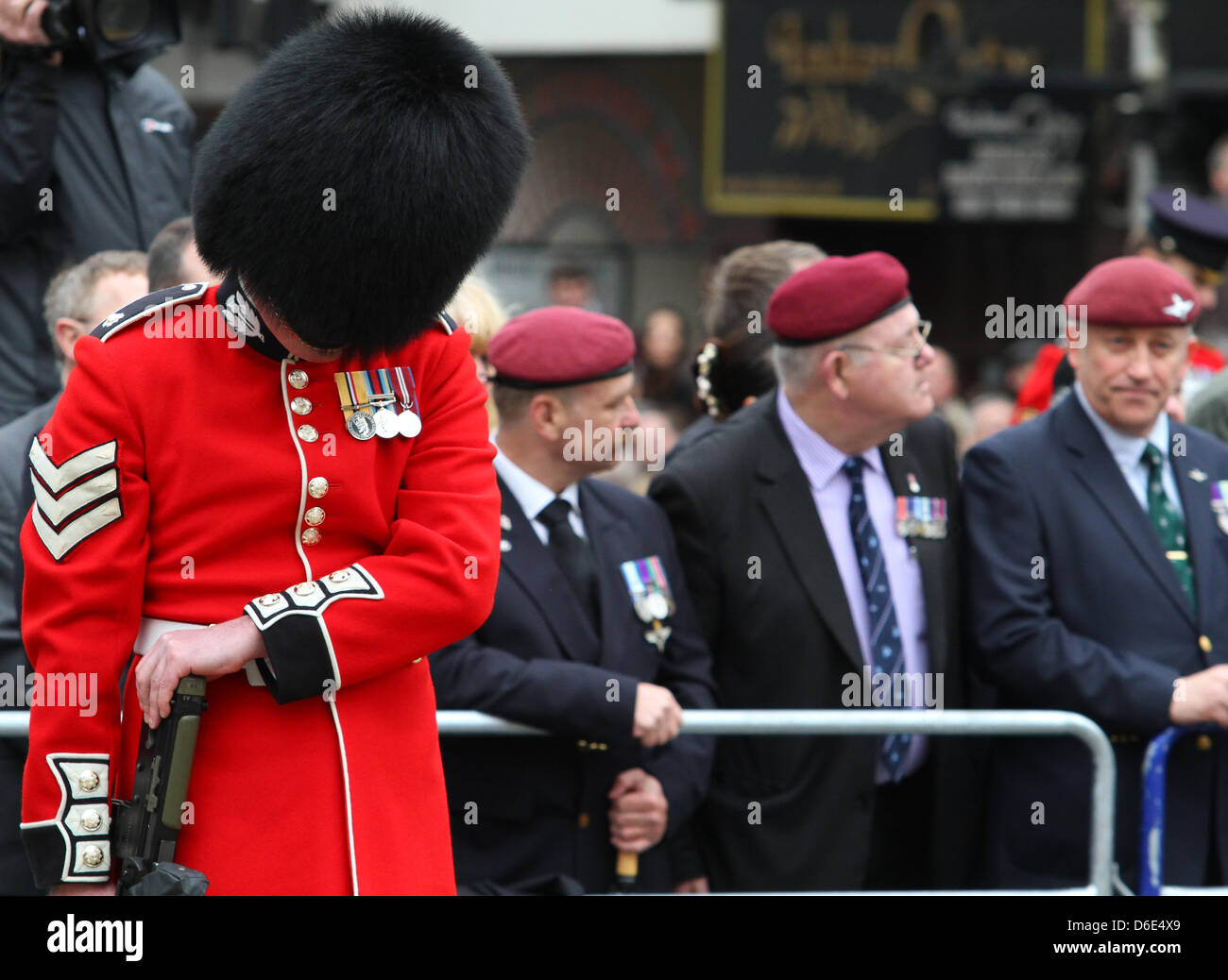 GUARDSMAN BOWS HEAD IN FRONT OF EX SERVICEMEN MARGRET THATCHER FUNERAL 17 April 2013 LUDGATE LONDON ENGLAND UK - Stock Image