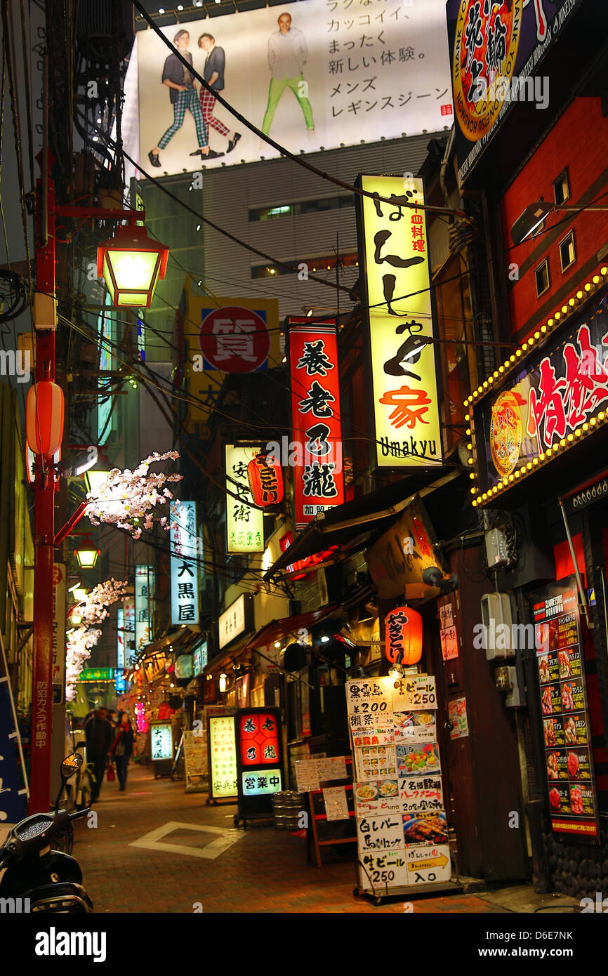 Night street scene of the restaurants and back alleys of Shinjuku, Tokyo, Japan - Stock Image