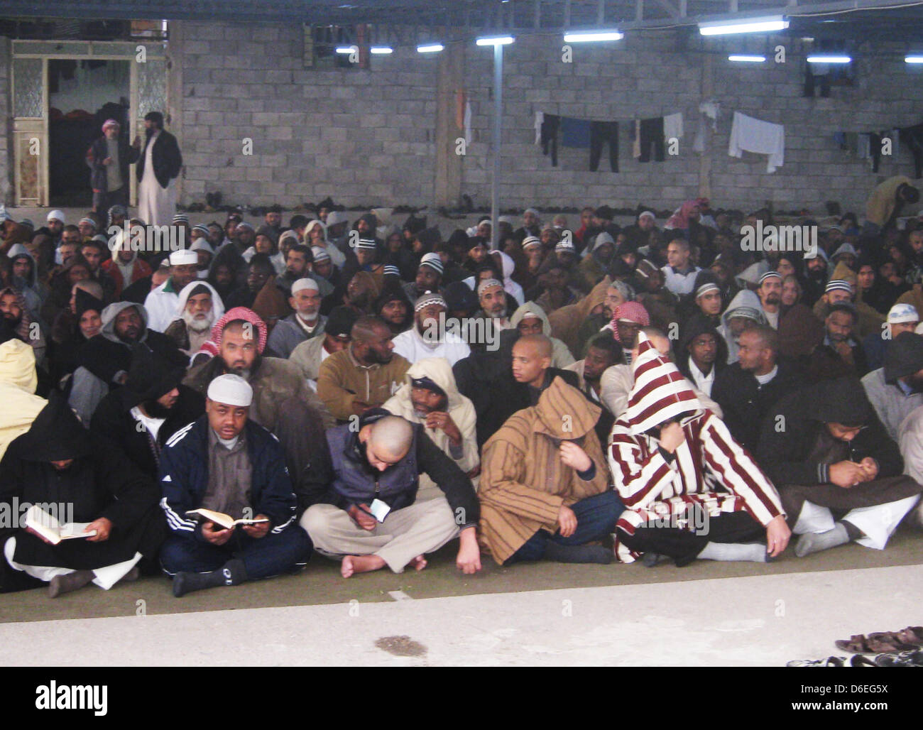 Prisoners pray in a court of the military jail in Misrata, Jibya, 29 January 2012. More than 1,000 prisoners imprisoned - Stock Image