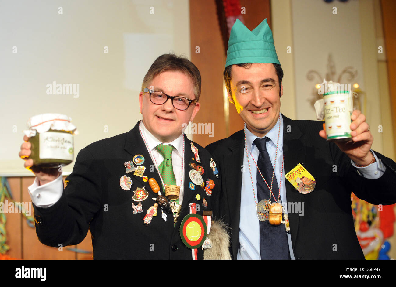 Federal chairman of the Green Party Cem Oezdemir (R) wears a green hat during the presentation of the Golden Fool's - Stock Image