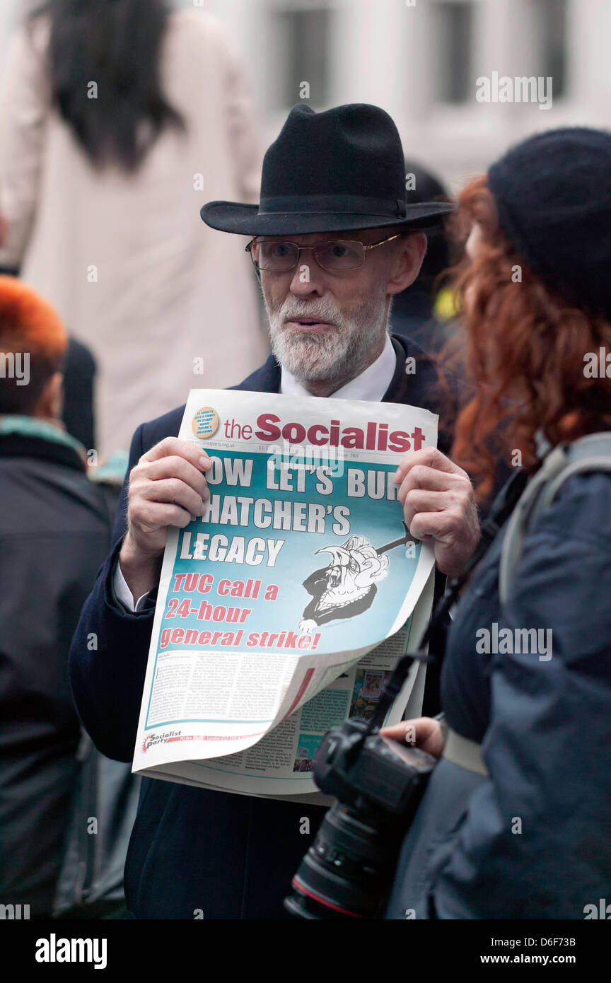 A Protestor holds up a copy of the socialist newpaper,  bearing an anti-Thatcher  headline, at Baroness Thatcher - Stock Image