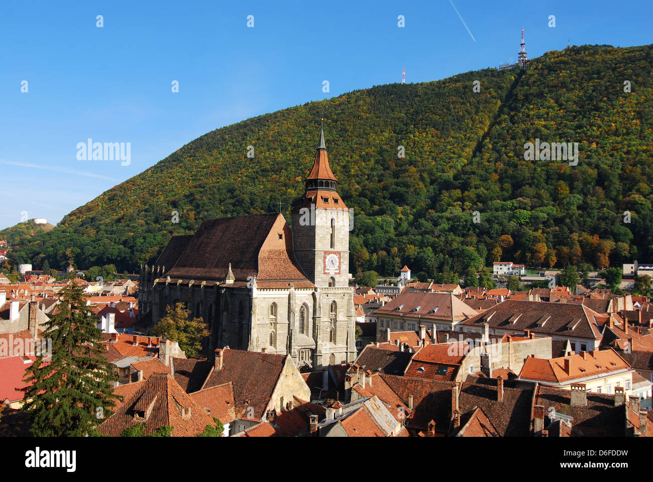 Brasov most important landmark, the Black Church, the largest Gothic in Eastern Europa, towers over the old town. - Stock Image