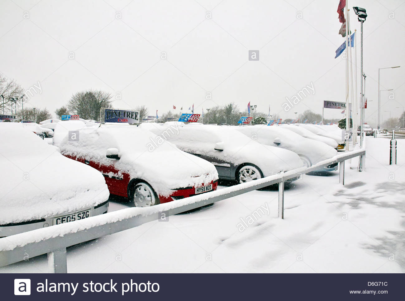 a157d033fb secondhand used car dealers with vehicles covered in deep snow in  wintertime - Stock Image