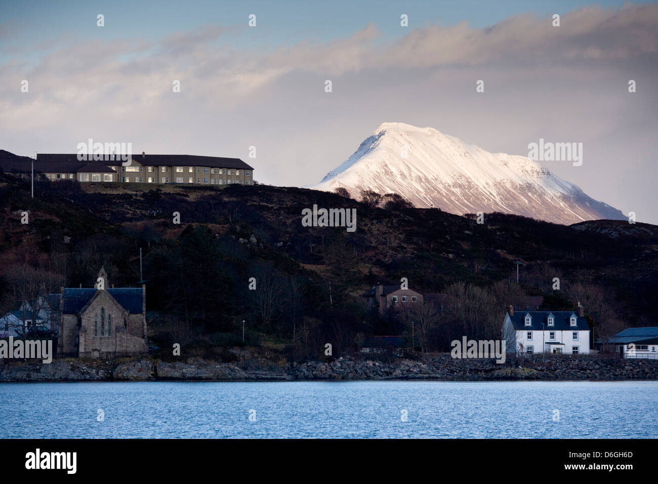 Chez Roux Restaurant on top of the hill Lochinver with the mountain Canisp in the background. - Stock Image