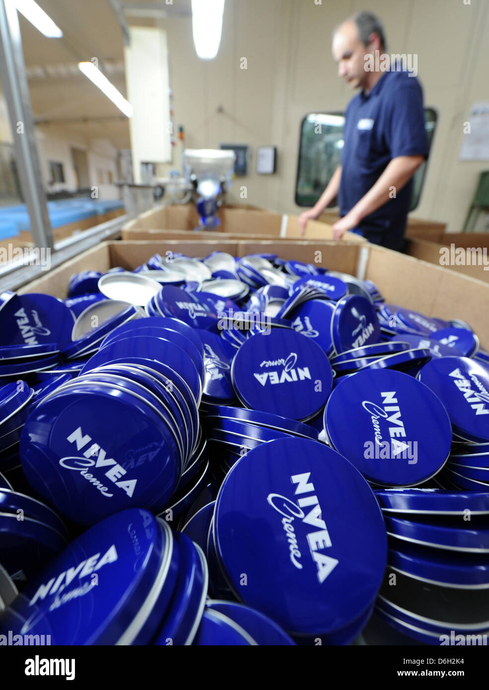 (FILE) An archive photo date 19 January 2012 shows an employee inspecting the production of covers for Nivea - Stock Image