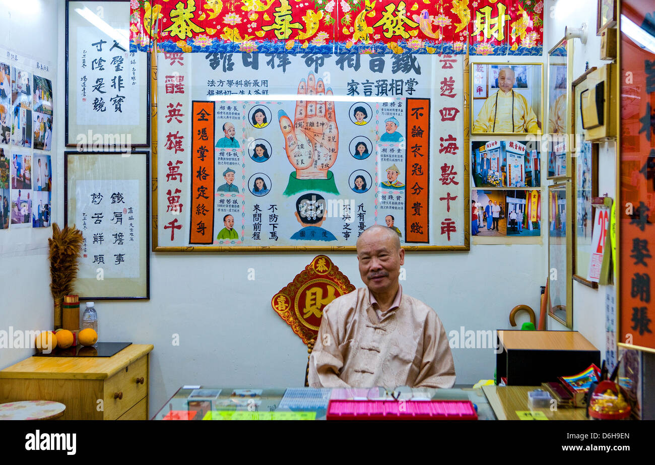 Hong Kong, a fortune teller near the Wong Tai Sin temple in the new Kowloon quarter - Stock Image
