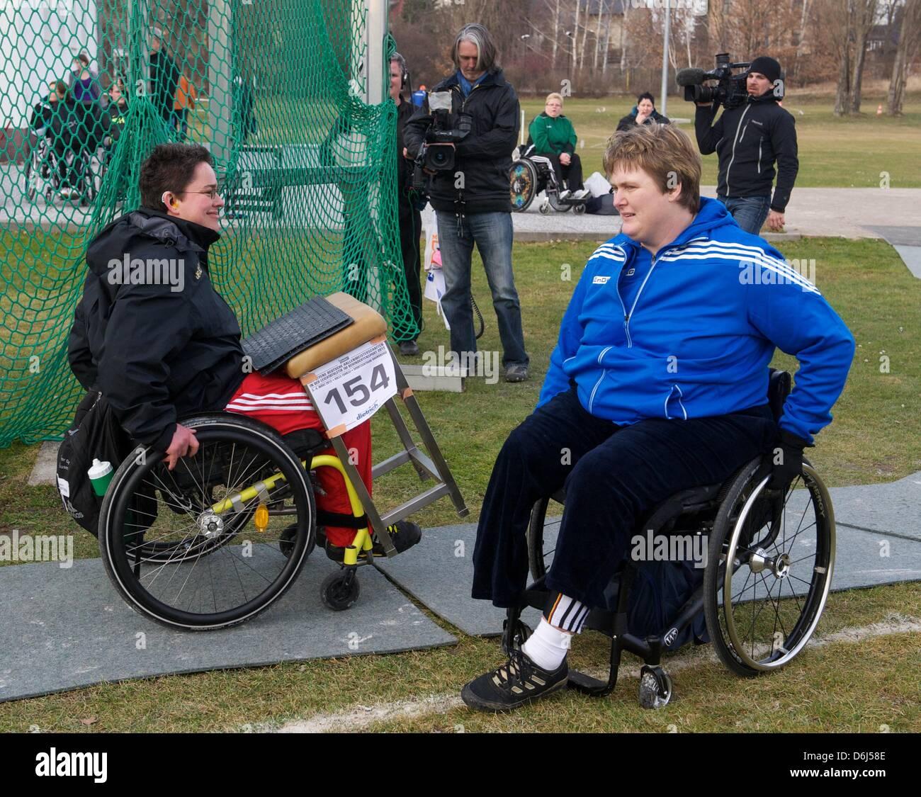 German discus thrower Ilke Wyludda (Hallesche LA-Freunde) meets Birgit Kober (TSVBayer 04 Leverkusen) at the - Stock Image