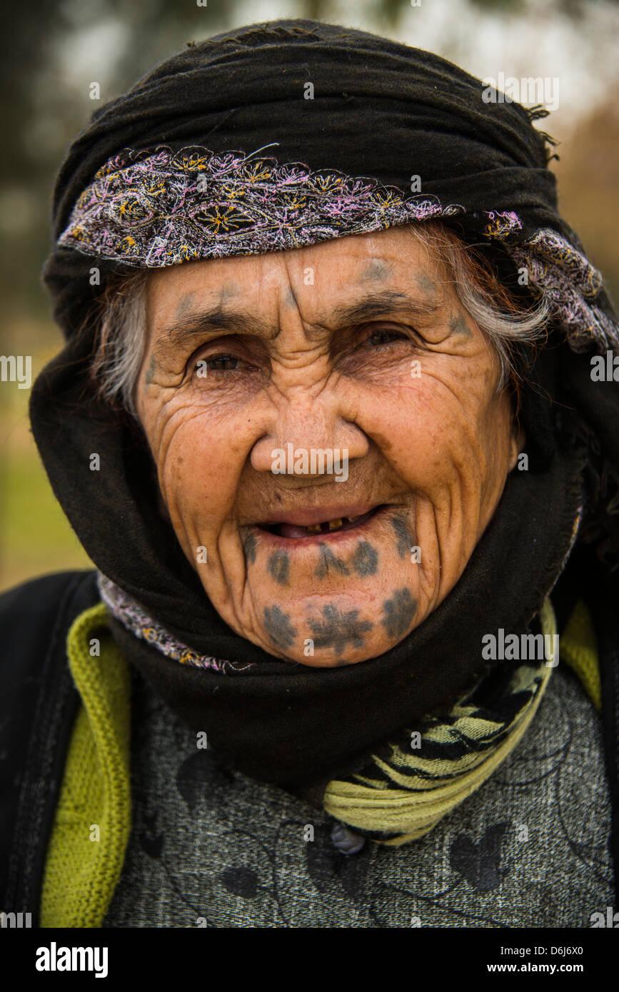 Kurdish woman with tattoos in the Martyr Sami Abdul-Rahman Park in Erbil (Hawler), capital of Iraq Kurdistan, Iraq, - Stock Image