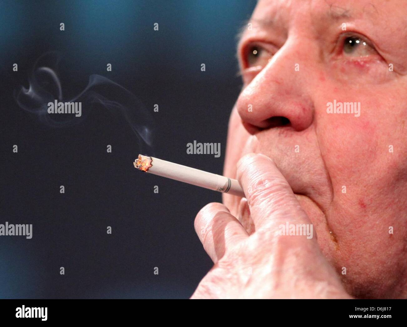 FILE - An archive picture dated 04 April 2011 shows former German Chancellor Helmut Schmidt smoling in Hamburg, - Stock Image