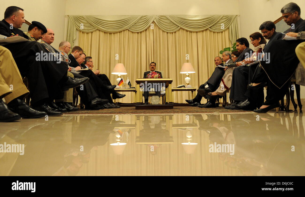 Der Premierminister von Pakistan, Yousuf Raza Gilani (M.), sitzt am Dienstag (13.03.12) im Palast des Premierministers - Stock Image