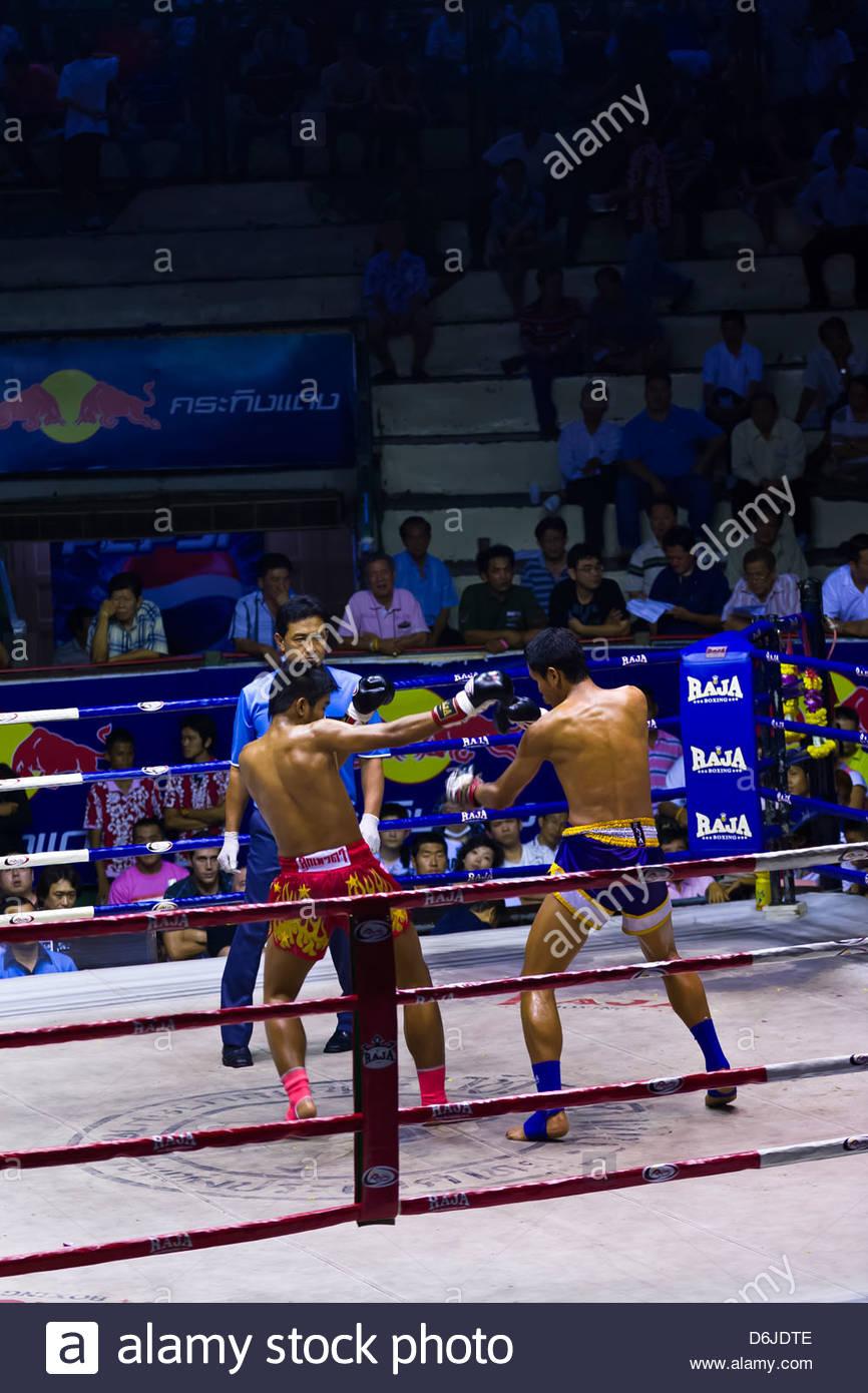 Thai boxing match (Muaythai), Ratchadamnoen Boxing Stadium, Bangkok, Thailand - Stock Image