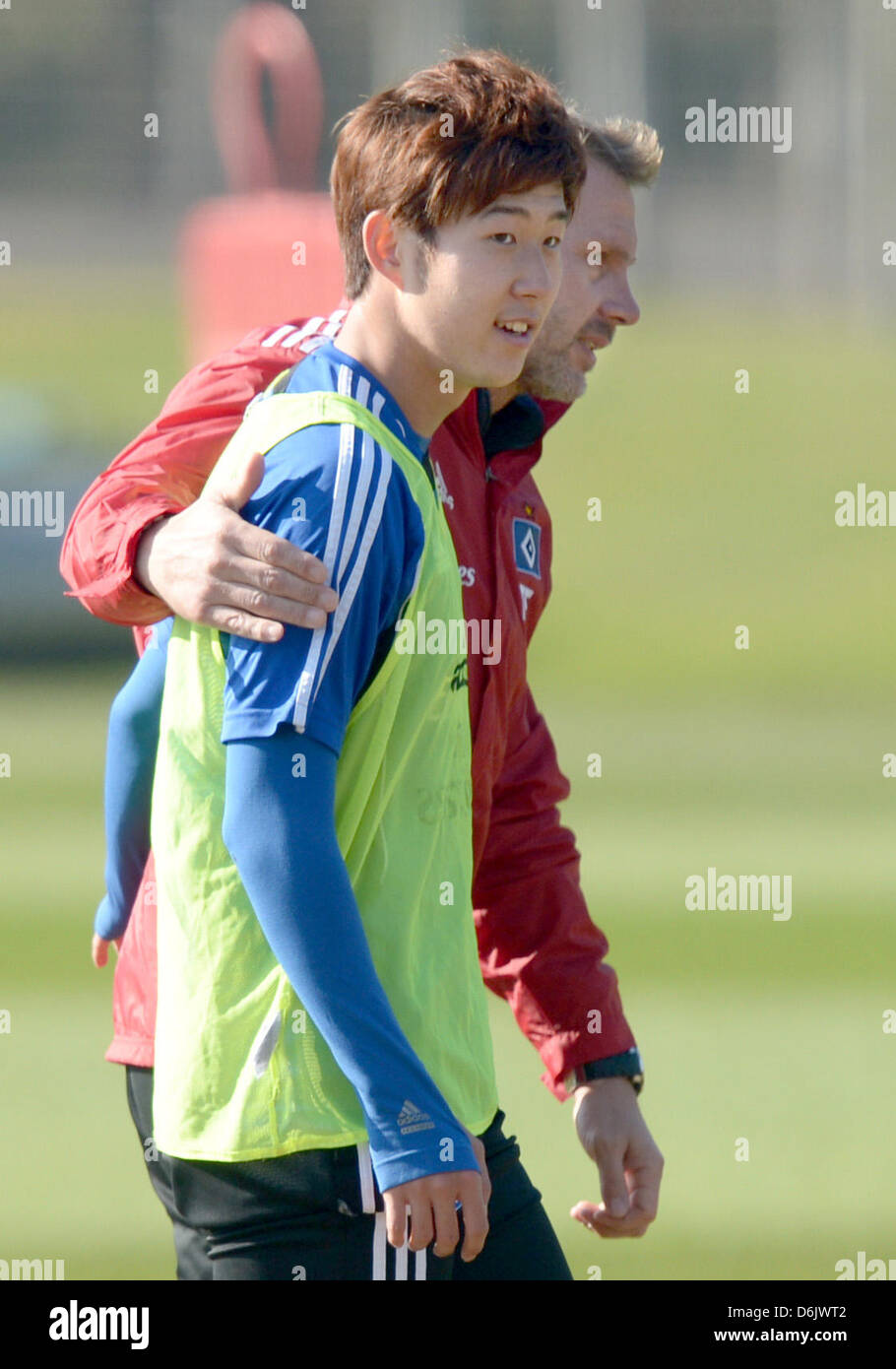 Hamburg's head coach Thorsten Fink (R) talks to player Heung-Min Son during a training session of Bundesliga - Stock Image