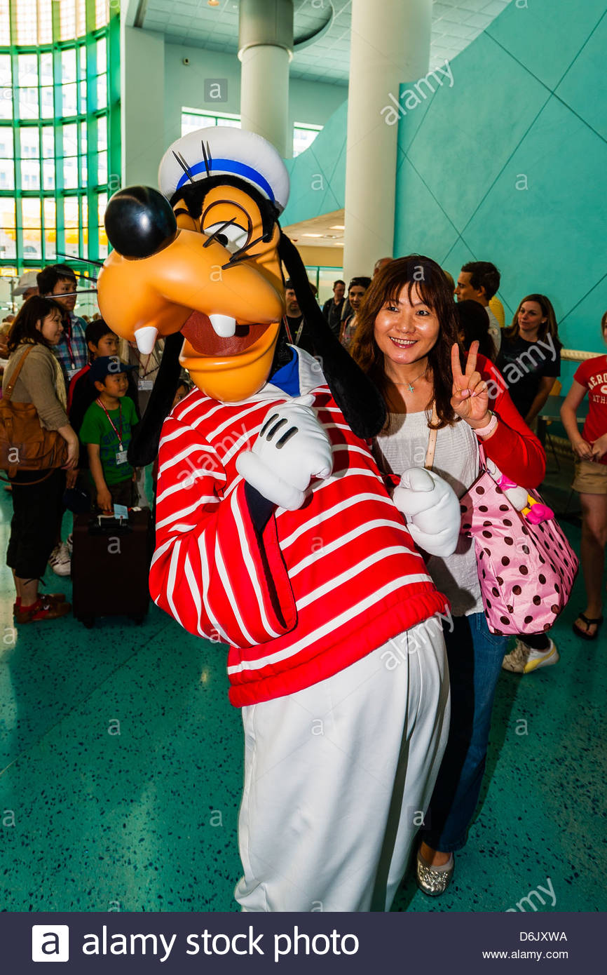 Goofy poses with passengers, Disney Cruise Line terminal (passengers boarding the Disney Dream), Port Canaveral, - Stock Image