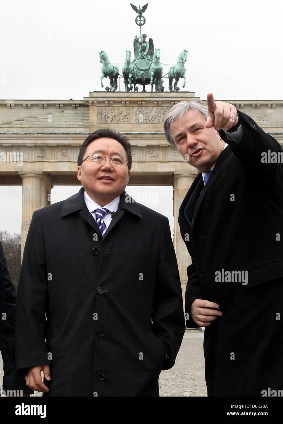 Mayor of Berlin Klaus Wowereit (SPD, R) shows Brandenburg Gate and the Pariser Platz to Mongolian President Tsakhia Stock Photo