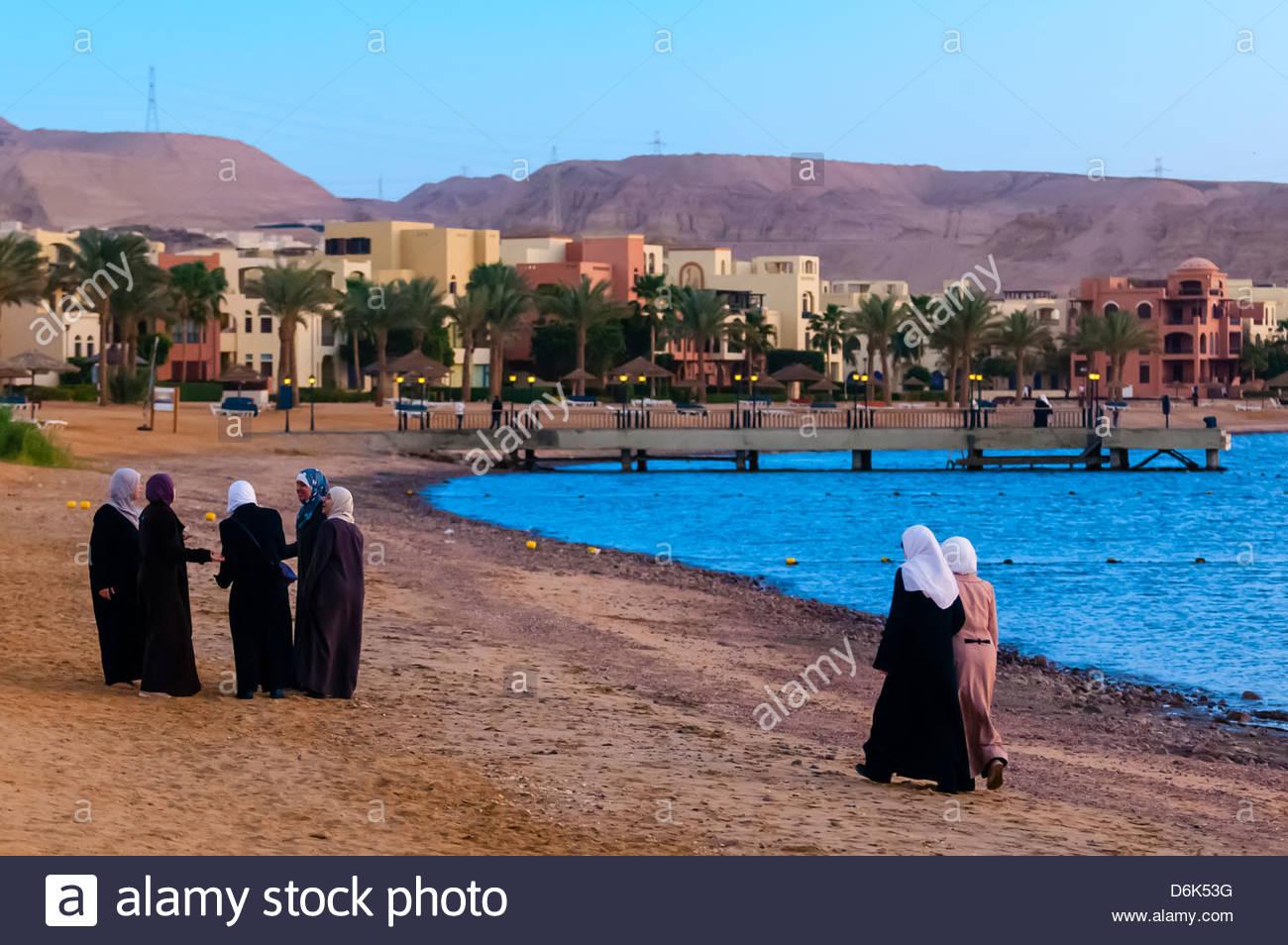 Arab women enjoying the beach at the Radisson Blu Tala Bay Resort on the Gulf of Aqaba, Red Sea, near Aqaba, Jordan - Stock Image