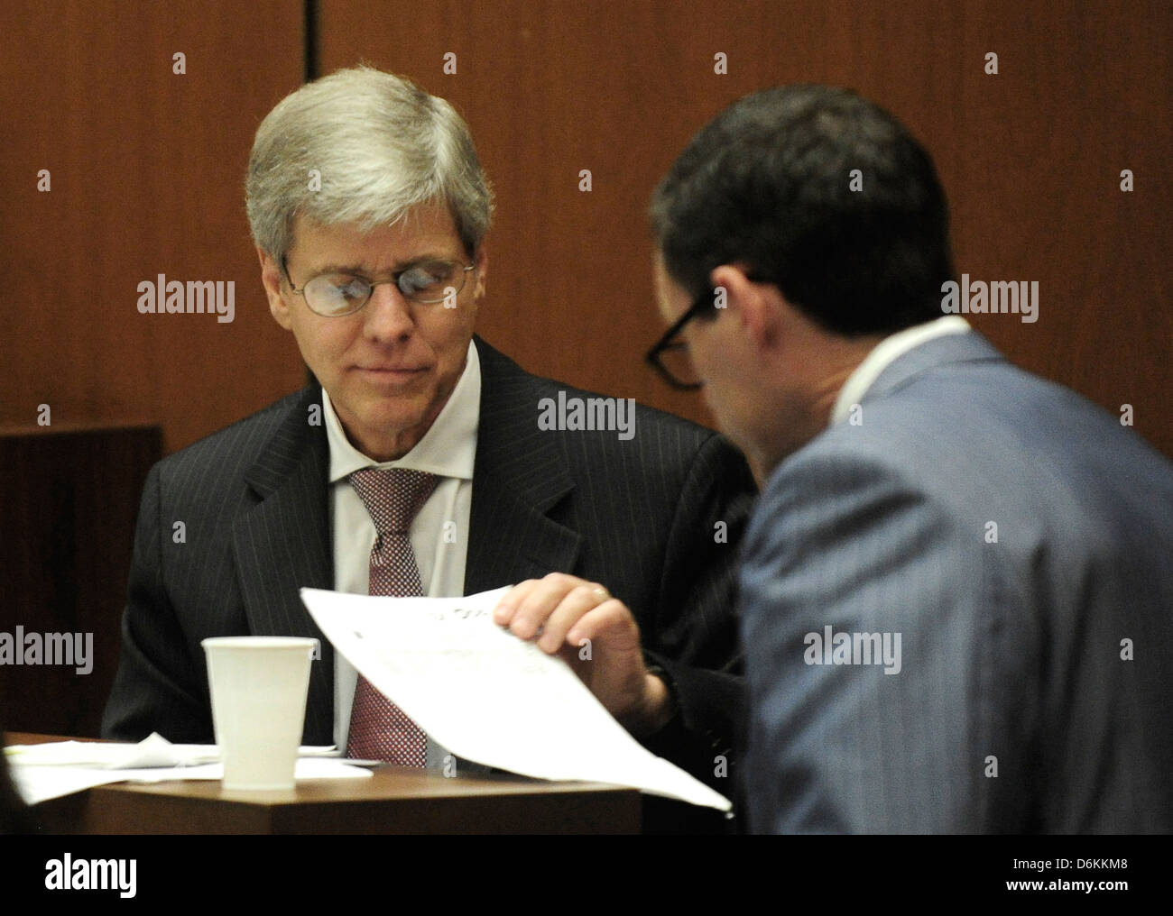 Propofol expert anesthesiology Dr. Steven Shafer examines papers during cross examinedby defense attorney Ed Chernoff - Stock Image