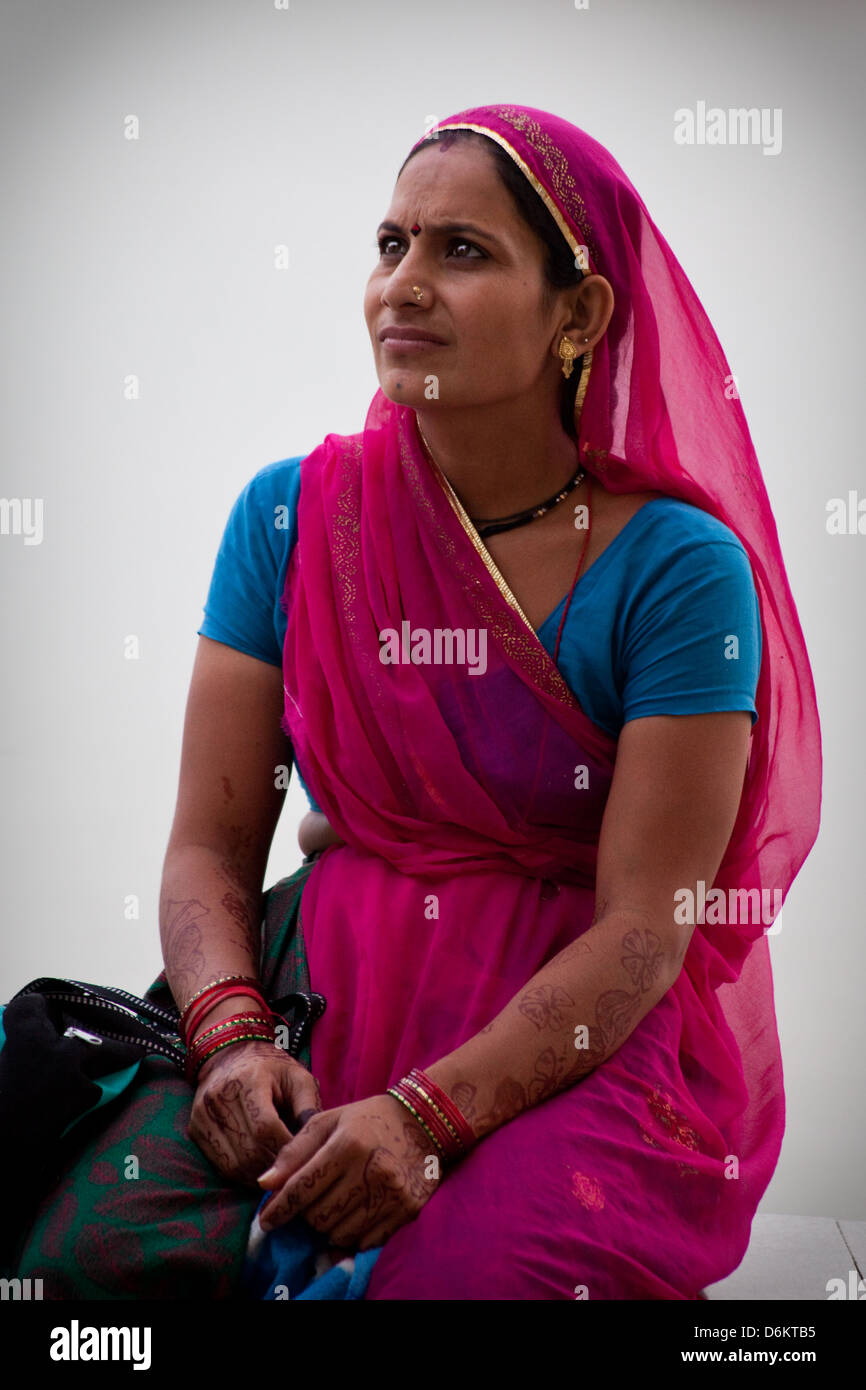Young indian woman in pink sari, Ahmedabad - Stock Image