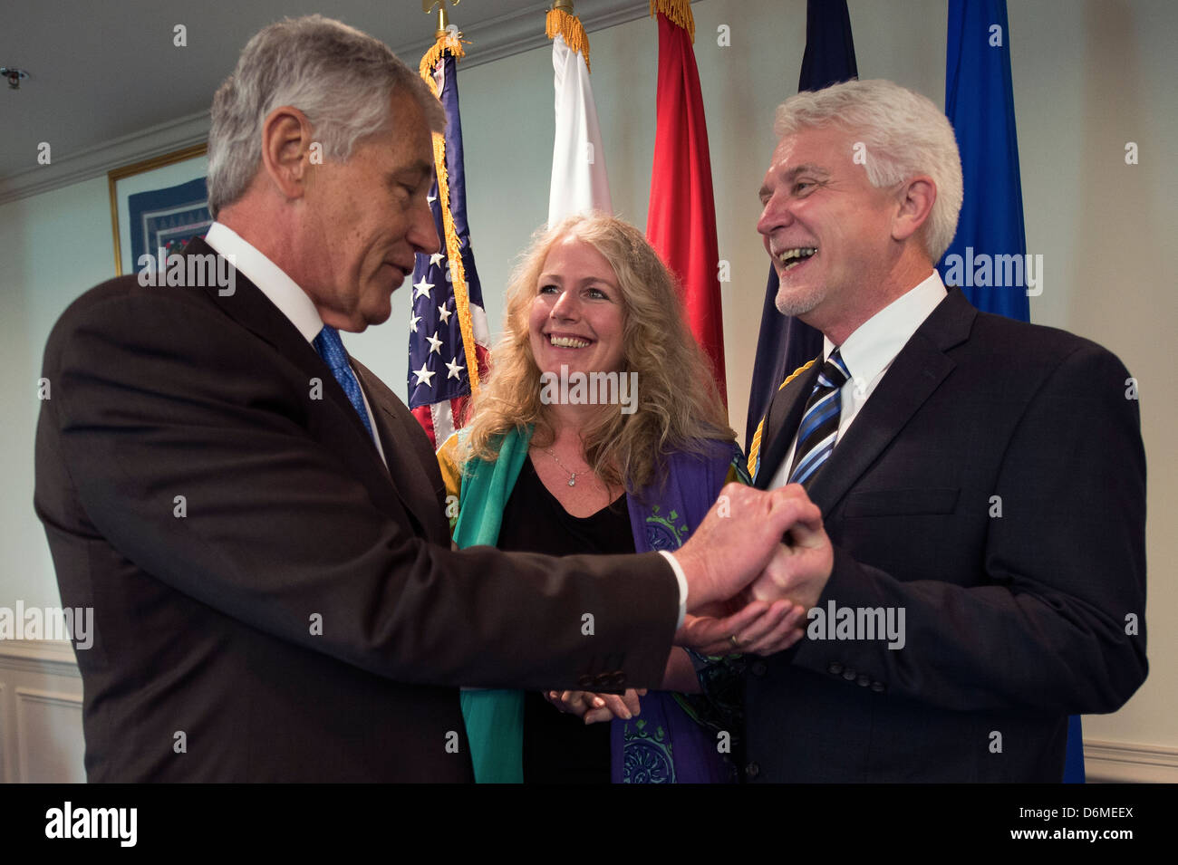 US Secretary of Defense Chuck Hagel gives his coin to Lee and Ray Kapaun during a ceremony inducing his uncle, Army - Stock Image
