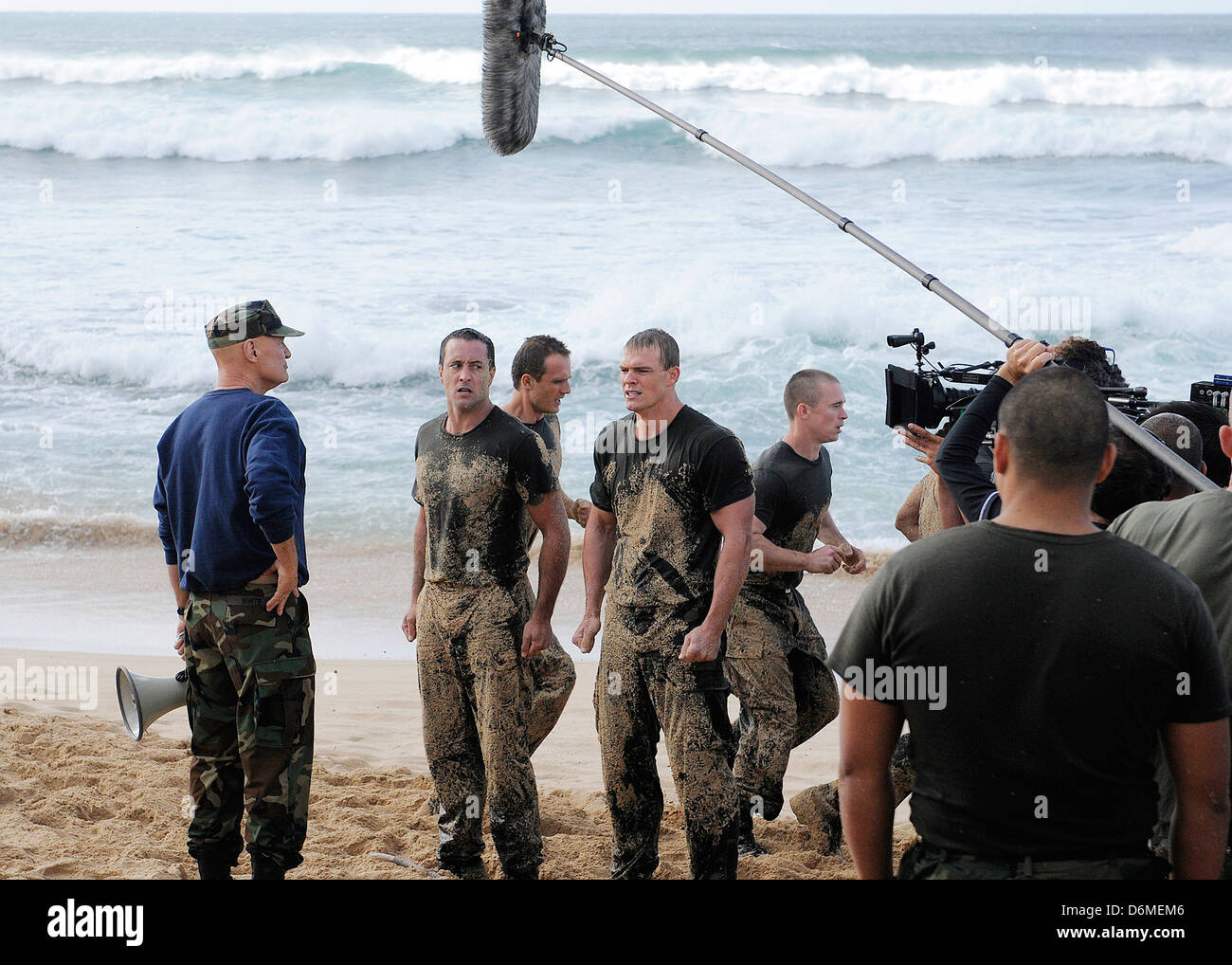 Actors Alex O'Loughlin, Alan Ritchson and Terry O'Quinn along with sailors from Joint Base Pearl Harbor - Stock Image