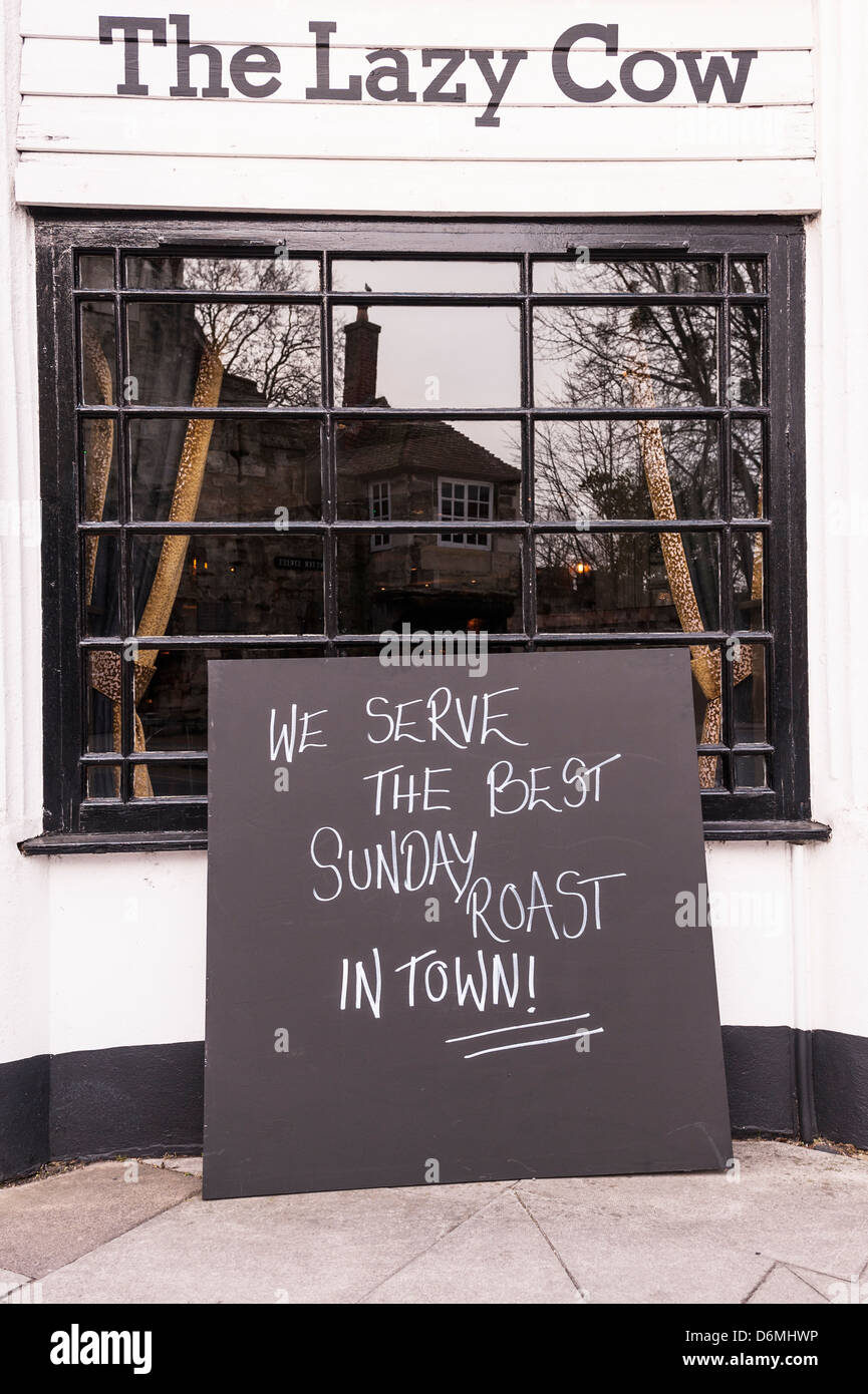A pub sign telling of the best Sunday roast in town in Salisbury , Wiltshire , England , Britain , Uk - Stock Image