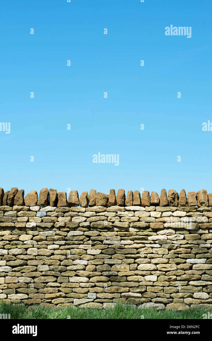 Dry stone wall around the Great Tew estate. Oxfordshire, England - Stock Image