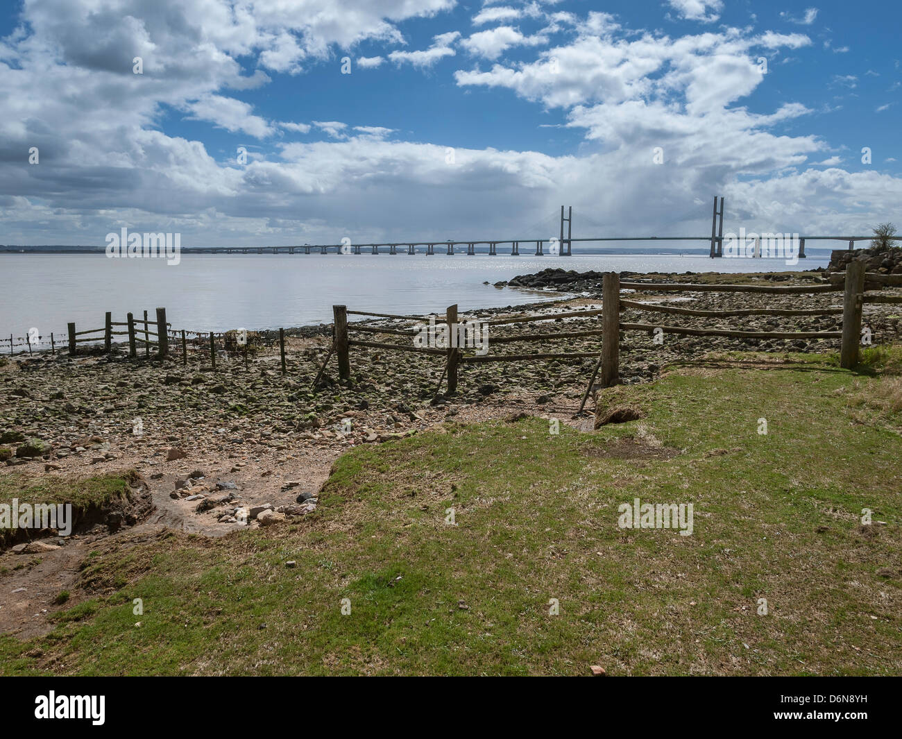 WALES COAST PATH AT BLACK ROCK WITH SECOND SEVERN CROSSING IN BACK GROUND. Monmouthshire Waes UK - Stock Image