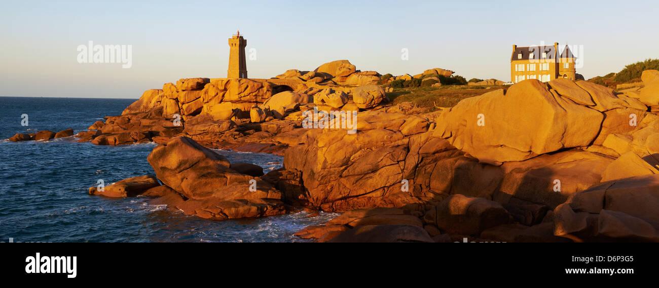Pointe de Squewel and Mean Ruz Lighthouse, Men Ruz, littoral house, Ploumanach, Cotes d'Armor, Brittany, France - Stock Image